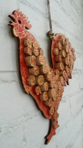 Декоративное панно с винной пробкой в виде петуха