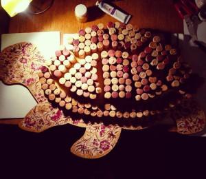 Декоративное панно с винной пробкой в виде черепахи
