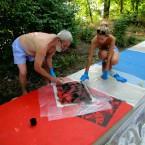 Художник Сергей Цигаль за работой, ему помогает художник Соня Маркелова.