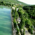 Вид на тропинку и озеро Абрау.