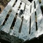 Расписанная скамейка, сделанная из поддонов. Художник Юлия Лучкина.
