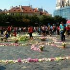 Оберег Мира из цветов на Стромынской площади в Праге