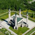 Гигантские четки у мечети