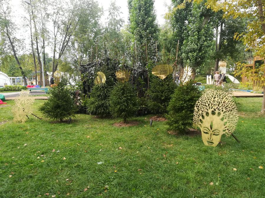 """Экспозиция масок на фестивале """"Сады и люди""""."""