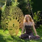 С маской Просветленного Будды